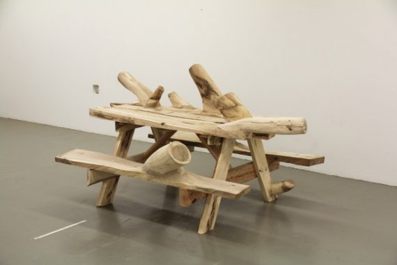Des meubles en bois inutilisables créés pour se fondre dans le naturel. 36