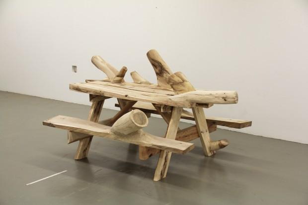 Des meubles en bois inutilisables créés pour se fondre dans le naturel. 1