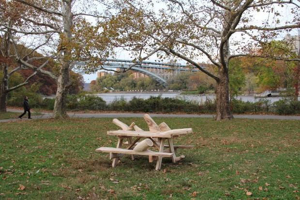 Des meubles en bois inutilisables créés pour se fondre dans le naturel. 3
