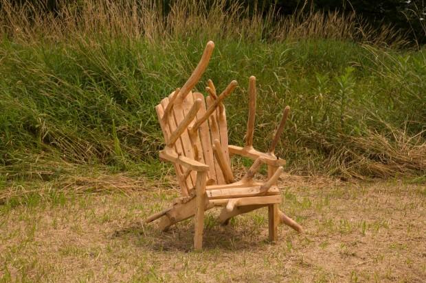 Des meubles en bois inutilisables créés pour se fondre dans le naturel. 4