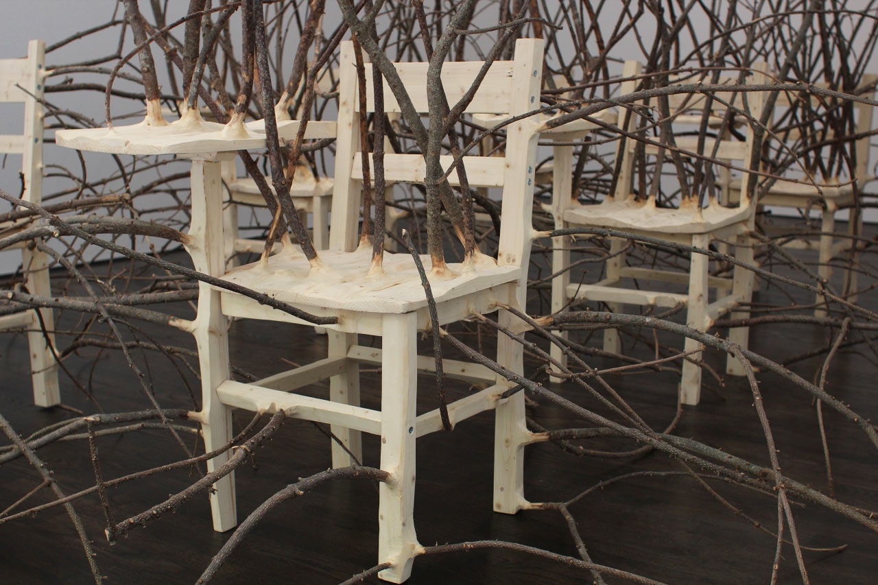 Des meubles en bois inutilisables créés pour se fondre dans le naturel. 2