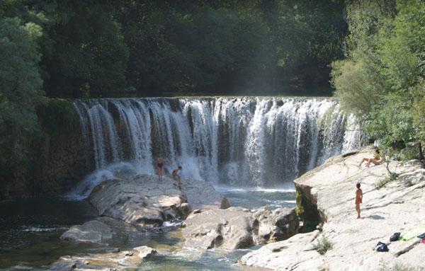 La rivière à la cascade de la vis