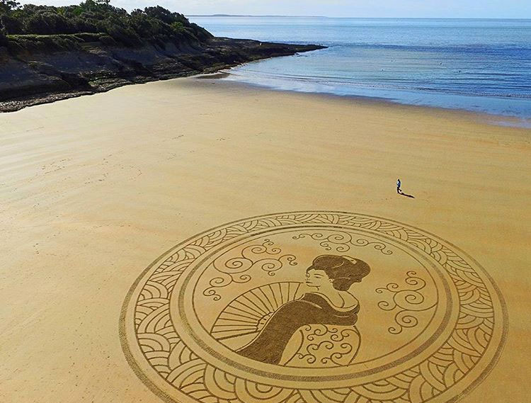 L'homme qui dessine sur les plages 1