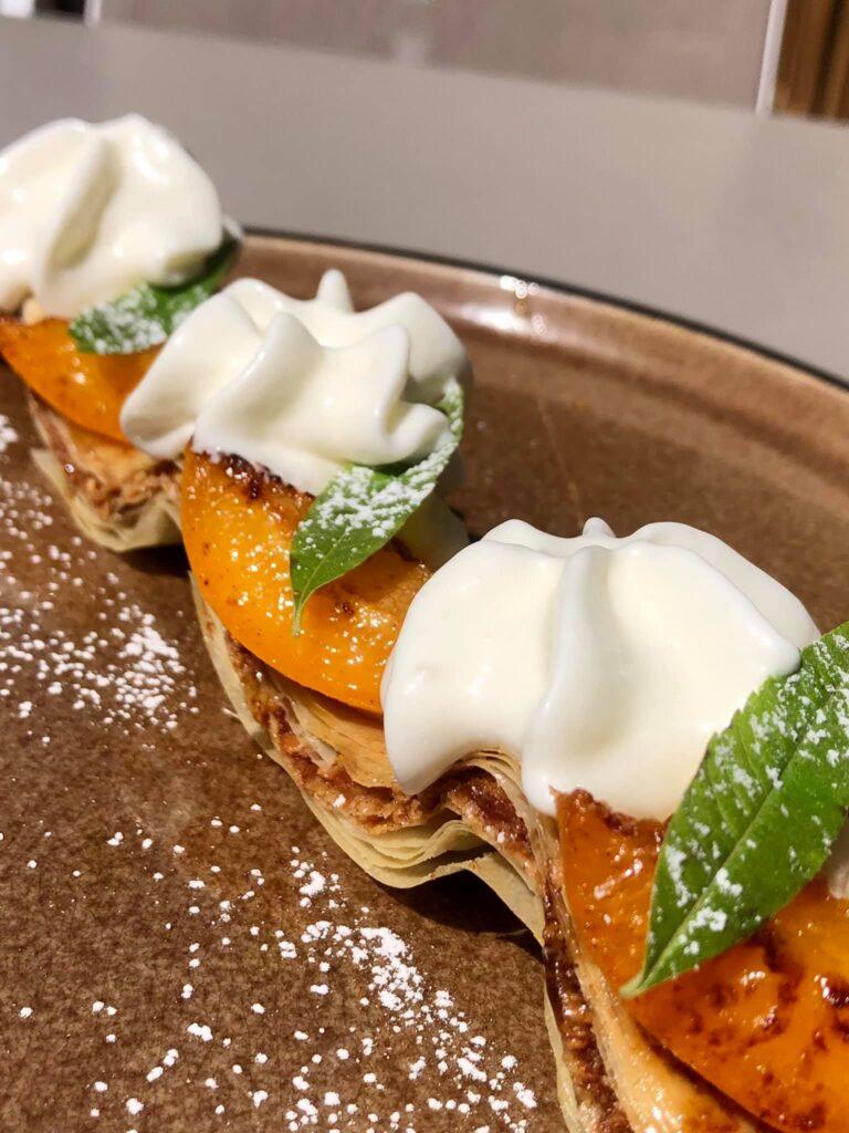 Baklavas cannelle-noix de pécan, abricots, mousse beurre de cacao et espuma a l'amande