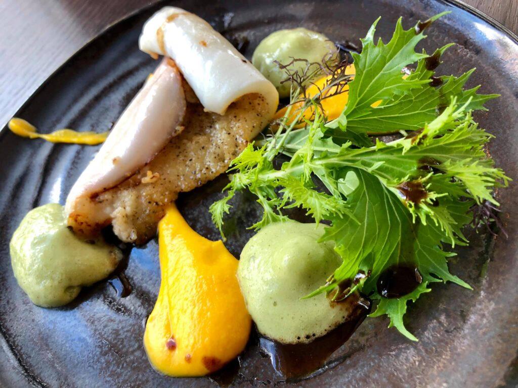 Encornet snacké, espuma fenouil et pastis, purée de carottes, jus viande corsé